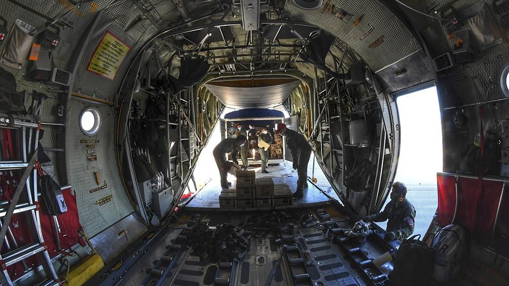 Un poco más de dos horas después, el Hércules llegó a la Base Aérea Militar Río Gallegos, donde entregó otras 225 cajas. Foto: Ramiro Gómez (Télam)