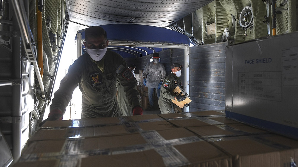 El próximo destino fue la ciudad fueguina de Ushuaia, donde se entregó 350 cajas de insumos. Foto: Ramiro Gómez (Télam)