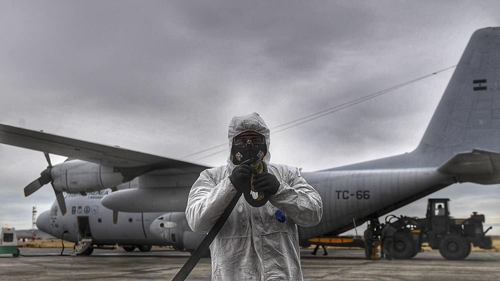 Respiradores, kits de protección médica y testeos de coronavirus, formaron parte de los insumos transportados . Foto: Ramiro Gómez (Télam)