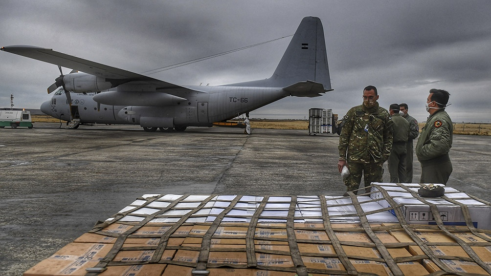 Toda la carga fue entregada a las autoridades sanitarias de las tres provincias del sur del país. Foto: Ramiro Gómez (Télam)