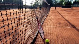 Violaron la cuarentena para jugar tenis: deben donar alcohol en gel, barbijos y leche