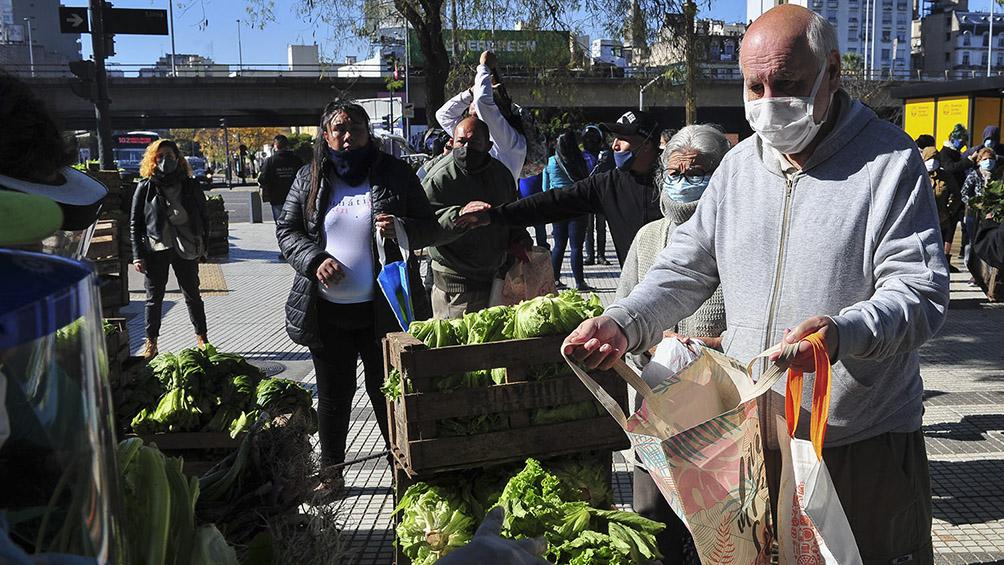 Entrega solidaria de alimentos en Plaza Constitución