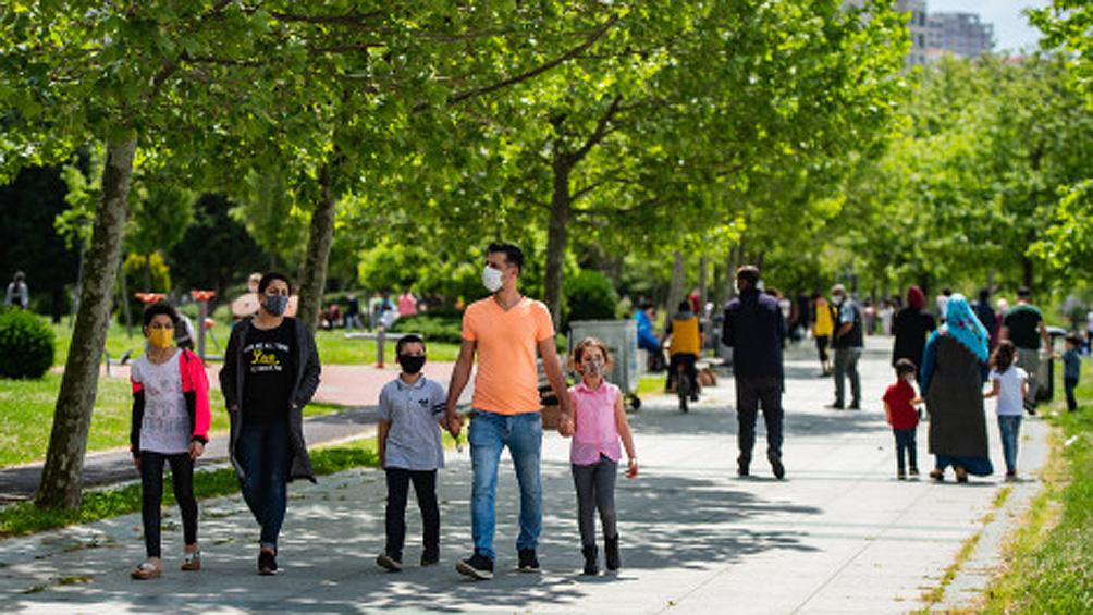 Jóvenes turcos copan los parques y calles tras semanas de aislamiento