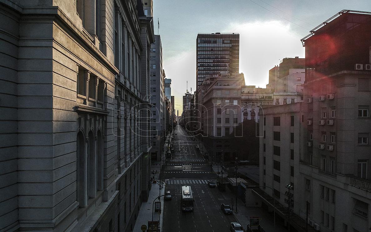 Vistas aéreas de una ciudad de Buenos Aires casi vacía
