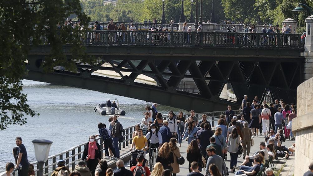 En paris tuvieron que dispersar las orillas del Sena por la falta de cuidados