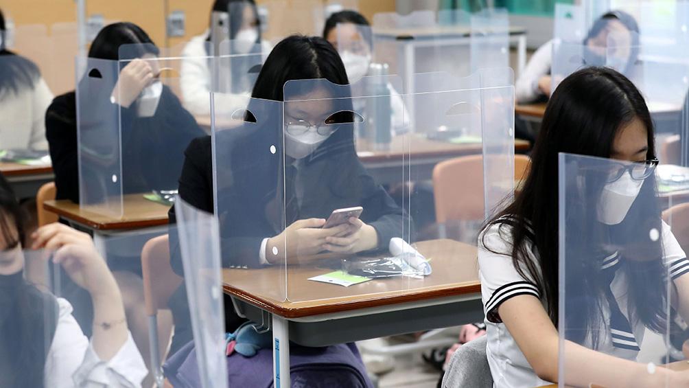 Con el coronavirus contenido, reabren colegios en Corea del Sur