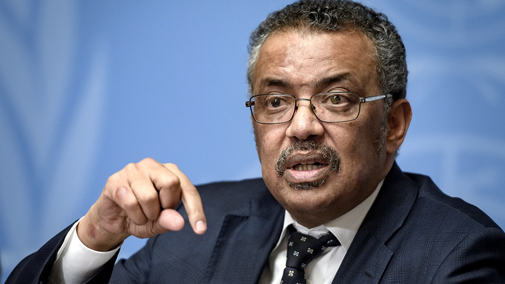La OMS instó a no politizar el origen del coronavirus y celebró la baja de casos