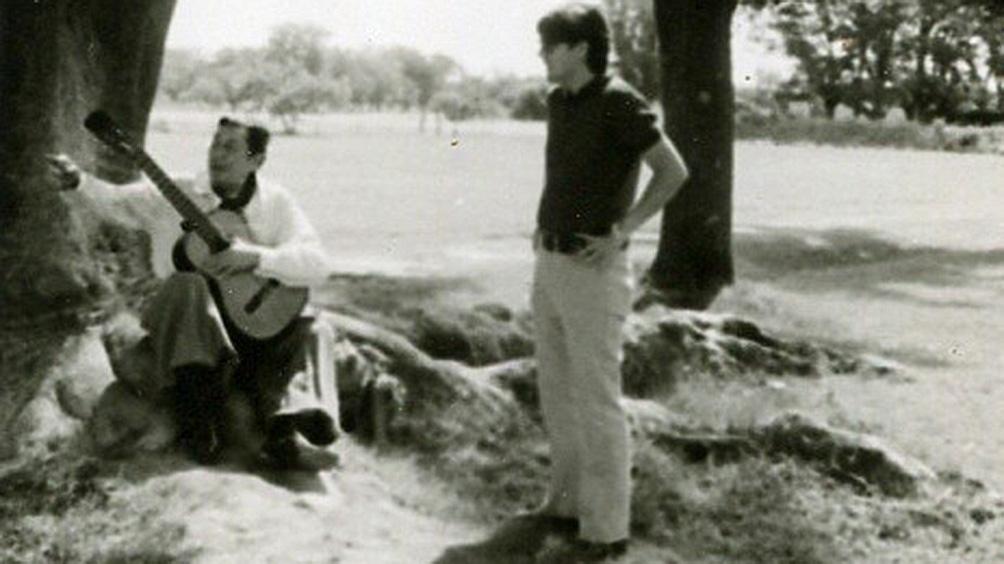 Atahualpa Yupanqui, tocando su guitarra en su refugio de Agua Escondida.