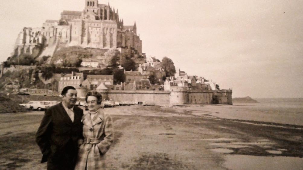 Con Nenette, en Francia, y la abadía de Mont Saint Michel detrás.