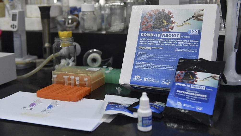 La muestra se coloca en un tubo de reacción, se agrega el reactivo y la solución se la calienta a una hora a 62 grados. Foto: Alejandro Santa Cruz (Télam).
