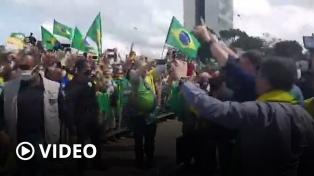Bolsonaro participó, sin barbijo, de una protesta contra la Corte frente a la casa de gobierno