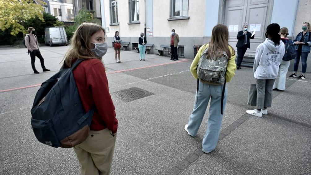En las escuelas secundarias se deben usar mascarillas en las áreas comunes