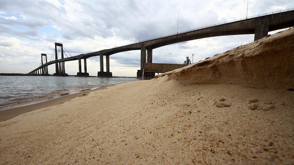 A raíz de la bajante, varias embarcaciones quedaron encalladas en barro seco.