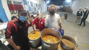 Hinchas de River festejaron los 119 años del club con ayuda a comedores comunitarios