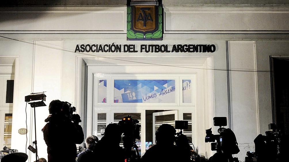 """Claudio """"Chiqui"""" Tapia fue confirmado como presidente del máximo organismo futbolístico en el medio local hasta 2025."""