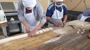 Presos bonaerenses elaboraron pasteles y pan para ollas populares de Mercedes