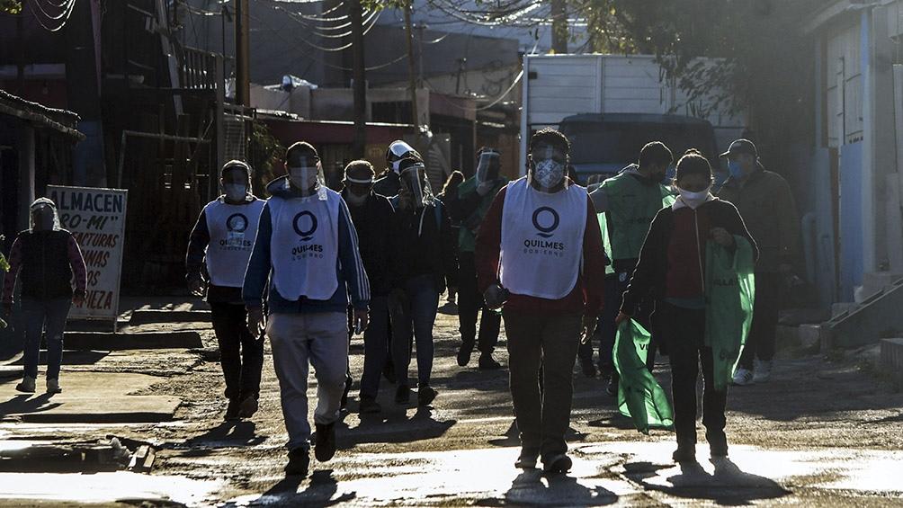 El operativo de hoy se realizó en conjunto con 17 organizaciones sociales del barrio y promotores de salud del Municipio. Foto: Carlos Brigo (Télam).