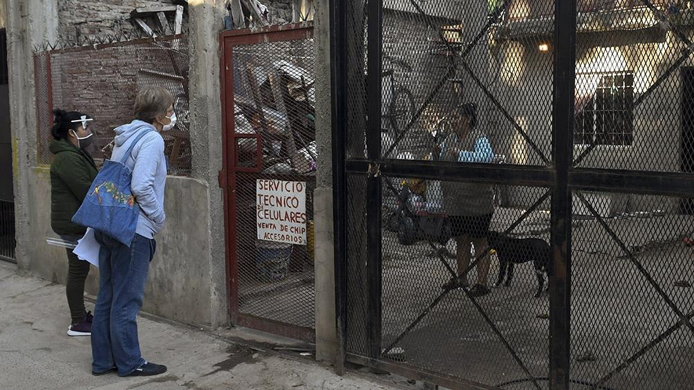 El procedimiento se va a repetir en la plaza Papa Francisco, en otra parte del barrio. Foto: Carlos Brigo (Télam).