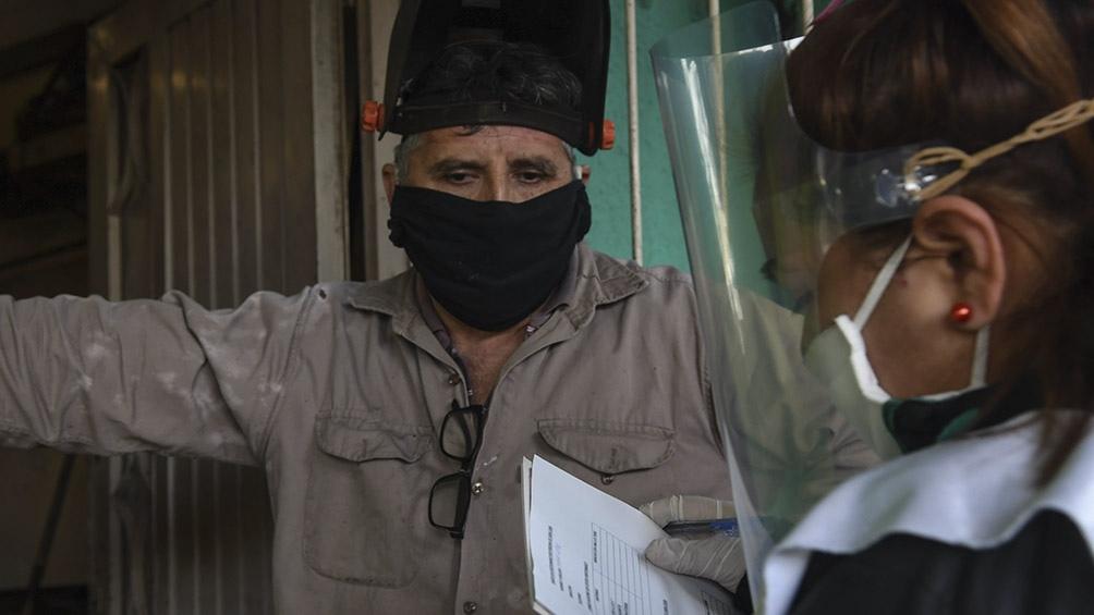 En el operativo también se brindó a los vecinos información y recomendaciones para su cuidado. Foto: Carlos Brigo (Télam).