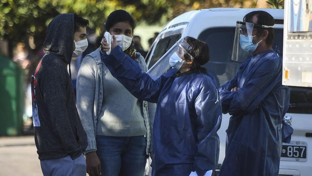 Además de tomar la fiebre y buscar síntomas, los promotores de salud evalúan los contactos estrechos. Foto: Carlos Brigo (Télam).