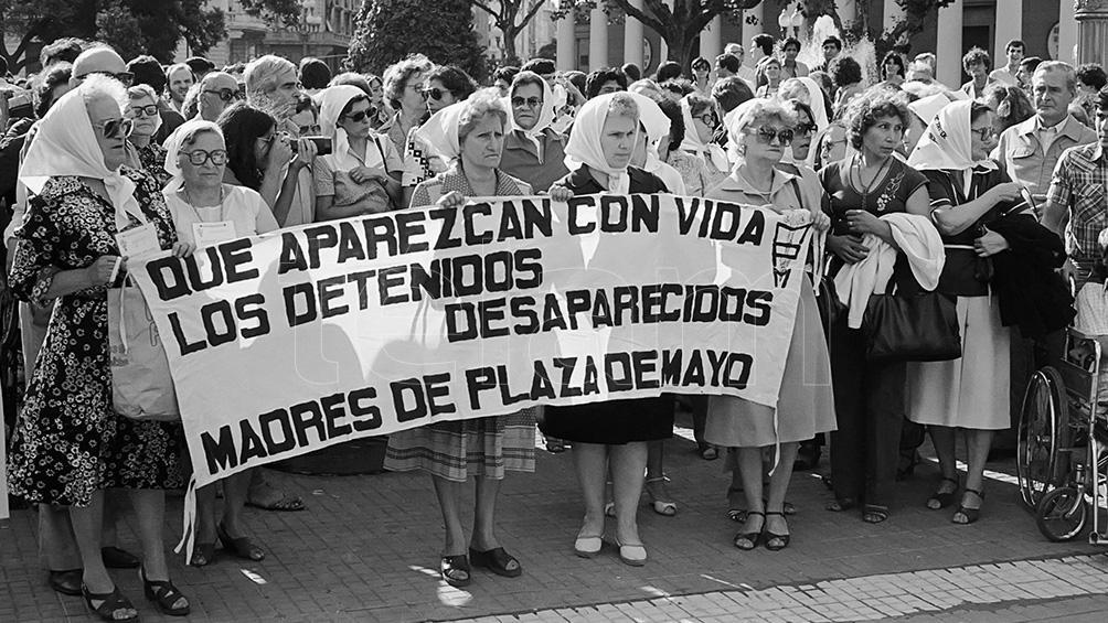 Las vigilias de la Madres de Plaza de Mayo en dictadura y el pedido de sus hijos desaparecidos