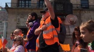 """Un ex general lidera el movimiento de """"chalecos naranjas"""" contra la cuarentena"""
