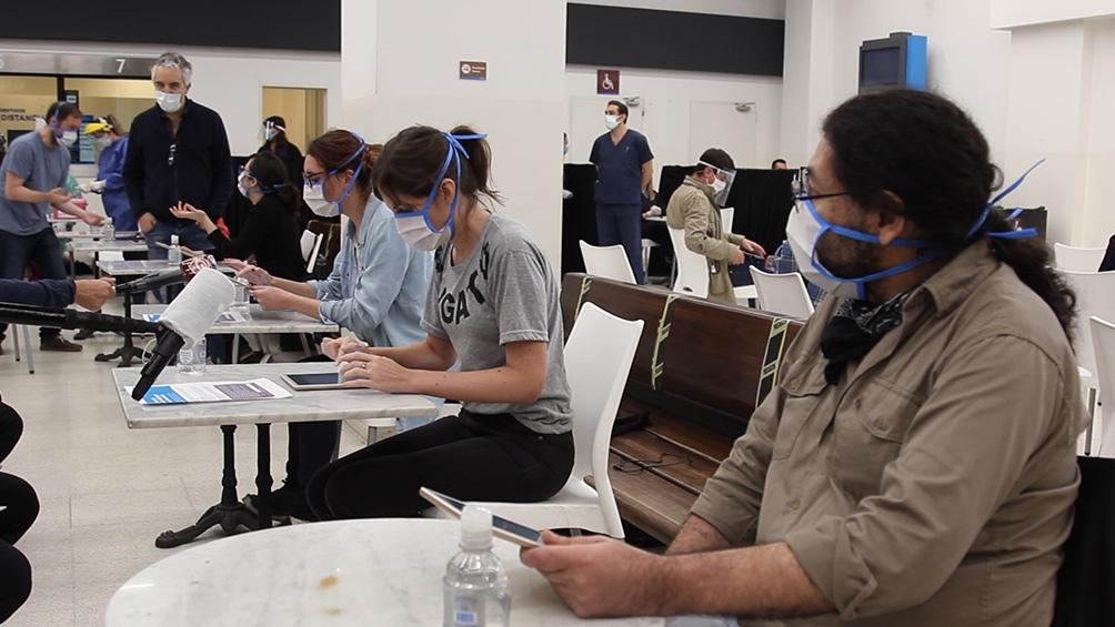 Estudiantes universitarios de la salud colaboran con el seguimiento de casos y contactos estrechos, entre otras tareas.