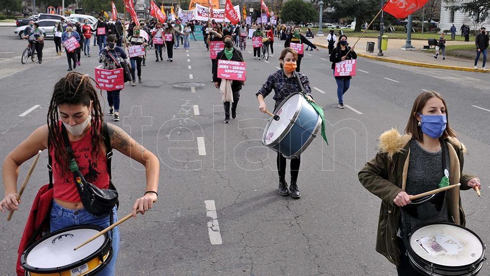 Hubo batucada y consignas contra la violencia machista. Foto: Eva Cabrera (Télam)