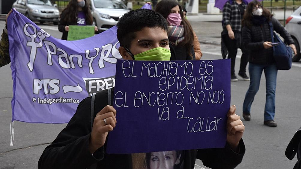 En Bahía Blanca también hubo una movilización de mujeres contra la violencia de género. Foto: Horacio Culaciatti (Télam)