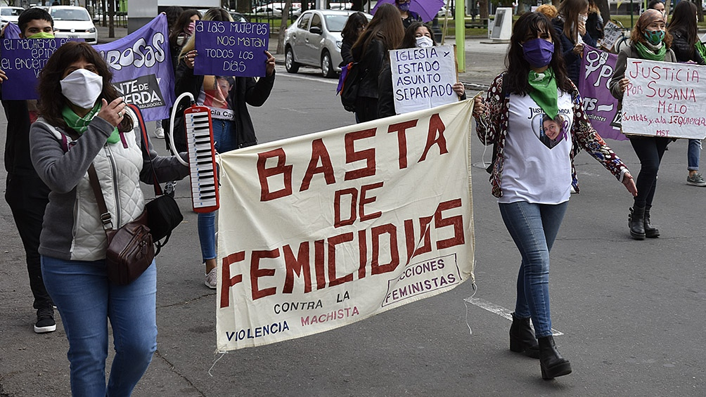 """""""Basta de femicidios"""", """"A las mujeres nos matan todos los días"""", se leyeron en algunos de los carteles. Foto: Horacio Culaciatti (Télam)"""