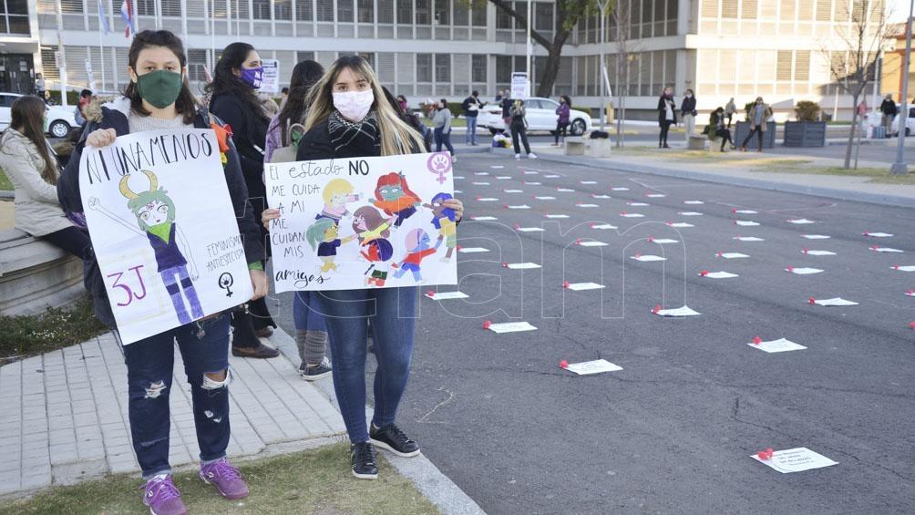La Asamblea de Mujeres, Lesbianas, Travestis y Trans de Paraná realizó intervención con los nombre de víctimas.