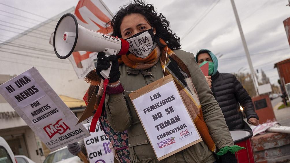 Durante la marcha se denunciaron los femicidios que ocurrieron desde el inicio del aislamiento social por el coronavirus. Foto: Walter Díaz (Télam)