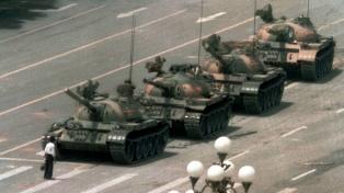 Hong Kong aprueba una ley pro-china mientras millares recuerdan a las víctimas de Tiananmen