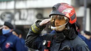 Policías y bomberos homenajearon a sus compañeros fallecidos en el incendio de Villa Crespo