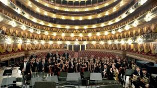 Artistas y Trabajadores del Teatro Colón asisten a pacientes aislados por coronavirus