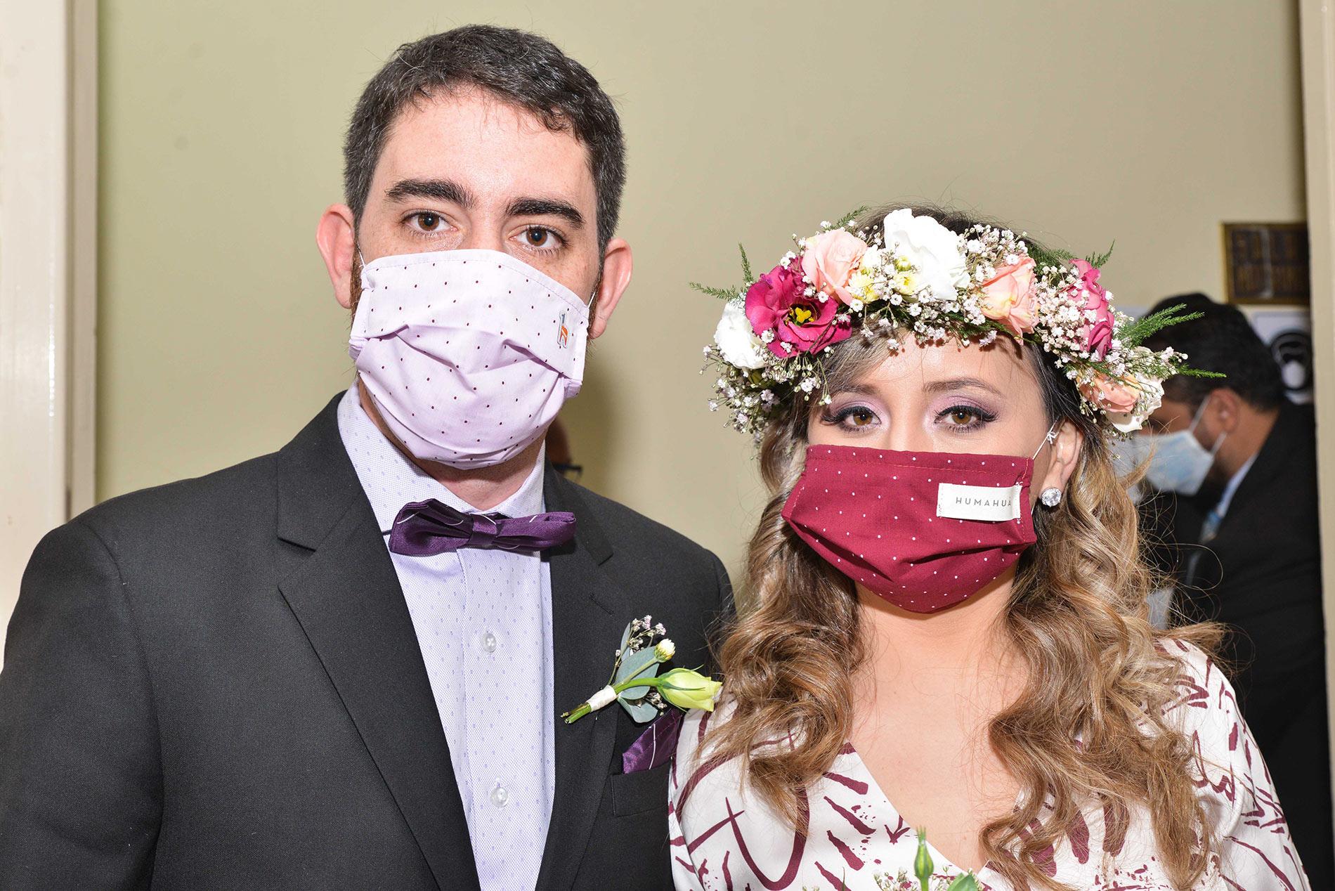 Barbijos de fiesta, invitados en línea y arroz virtual: casamiento en tiempos de Covid