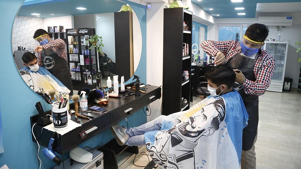 En Bahía Blanca también ya se puede ir a la peluquería, aunque los salones dan turnos para una atención segura. Foto: Horacio Culaciatti (Télam)