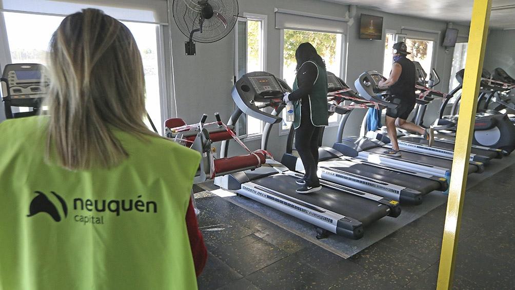 En Neuquén, el tiempo de ejercitación es limitado, está prohibido usar los vestuarios y es obligatorio mantener dos metros de distancia. Foto: Fabián Ceballos (Télam)