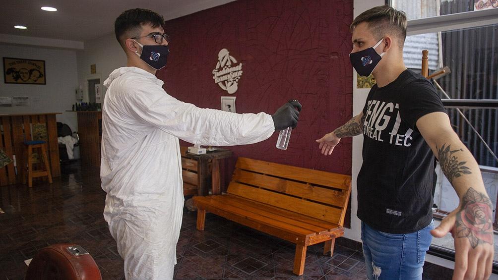 El uso de barbijos y las medidas de higiene siguen siendo obligatorias en los locales de Río Gallegos. Foto: Walter Diaz (Télam)