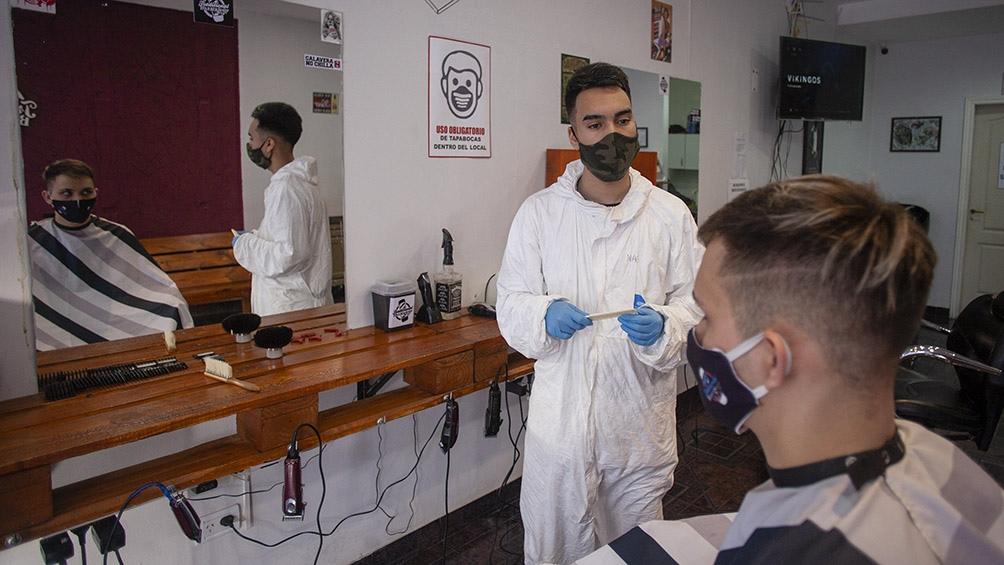 Ir a la peluquería es posible en Río Gallegos, aunque no pueden haber muchas personas en el salón. Foto: Walter Diaz (Télam)