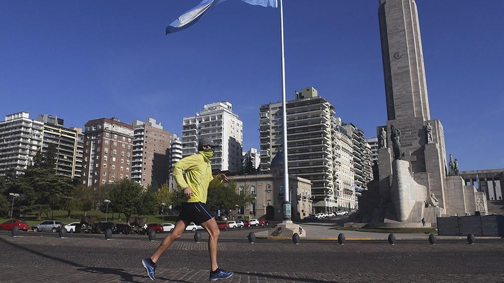 Los amantes del deporte pueden salir a correr en Rosario y otros puntos del país. Foto: Sebastián Granata (Télam)