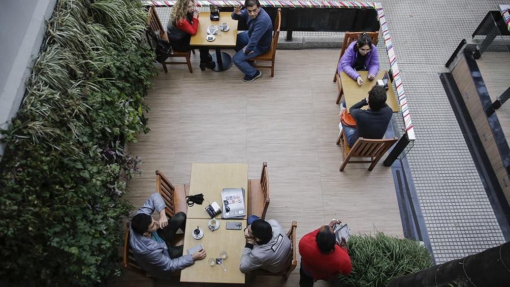 Los bares, confiterías y restaurantes volvieron a abrir sus puertas en Tucumán. Foto: Adrián Lugones (Télam).