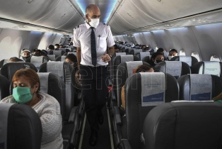 Meoni y el presidente de Aerolíneas presentaron un nuevo dispositivo sanitizante para aviones