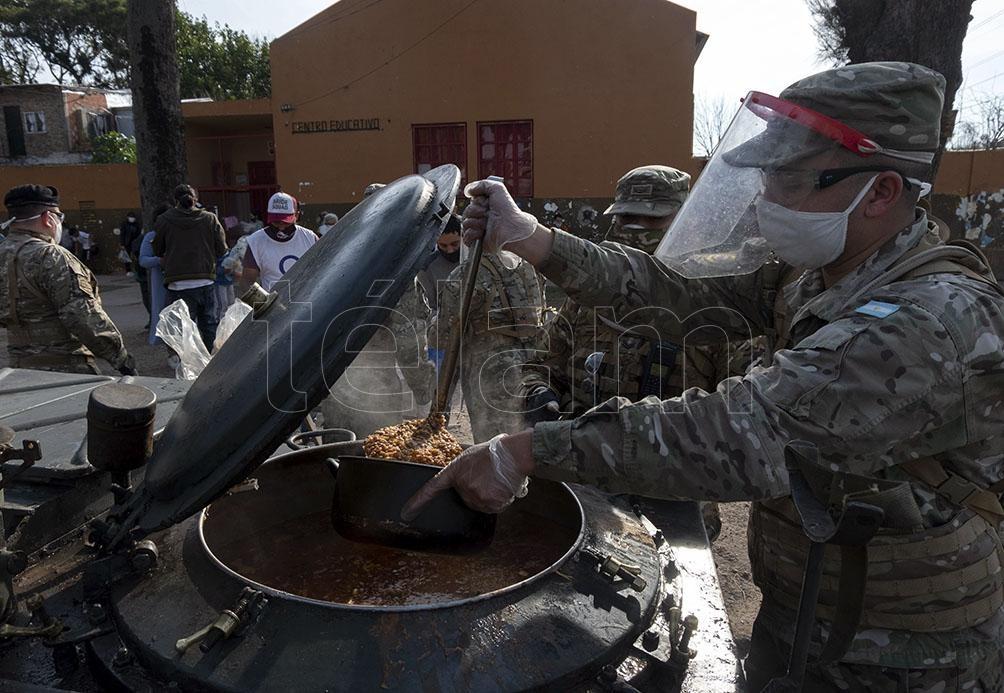 Miembros del Ejército entregando viandas en provincia de Buenos Aires