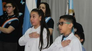 Dos estudiantes prometieron lealtad a la bandera argentina en la escuela de la Antártida