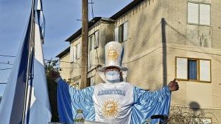 """""""El hombre bandera"""", un jubilado de Bahía Blanca apasionado por las fechas patrias"""
