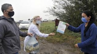 Maestros rurales llevan en sus propios autos la tarea y comida para sus alumnos