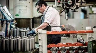El empleo industrial cayó en agosto 2,1% interanual, según la UIA