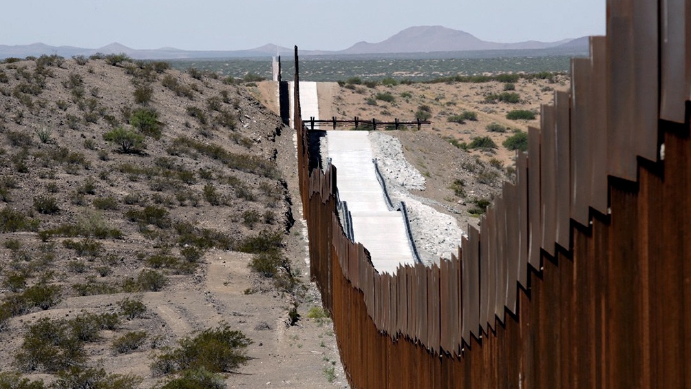 Una de sus primeras medidas será revertir algunas de las políticas de su antecesor como la expansión del muro en la zona limítrofe con México.