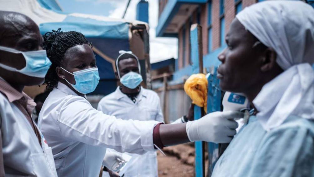 Sudáfrica empieza a vacunar contra el coronavirus a los adultos mayores